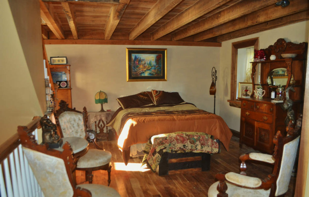 THE INN AT INDIAN ORCHARDS CIRCA 1794 B&B